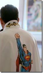 cura-misa-casulla-superman-3