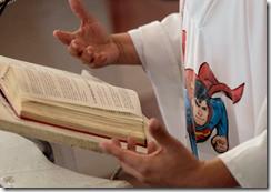 cura-misa-casulla-superman-4