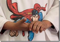 cura-misa-casulla-superman-7